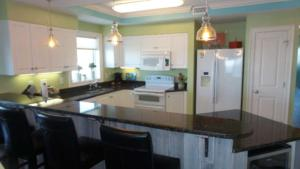 110 Nautical Club Kitchen with bar resized (1)